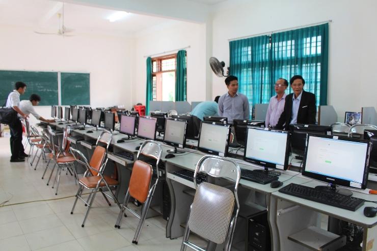 Giám đốc Sở Nội vụ Nguyễn Hữu Sáng kiểm tra phòng máy phục vụ các môn thi trắc nghiệm. Ảnh: VĂN HÀO