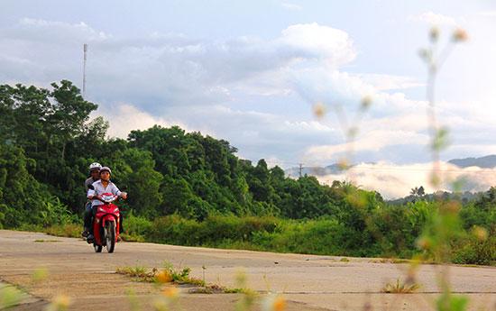 Nhiều công trình giao thông nông thôn được đầu tư, giúp người dân Đông Giang phát triển kinh tế - xã hội. Ảnh: ĐĂNG NGUYÊN