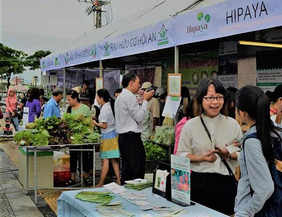 Rau hữu cơ ở Quảng Nam tham gia phiên chợ nông dân tại Đà Nẵng thu nhiều khách hàng. Ảnh: Q.TUẤN