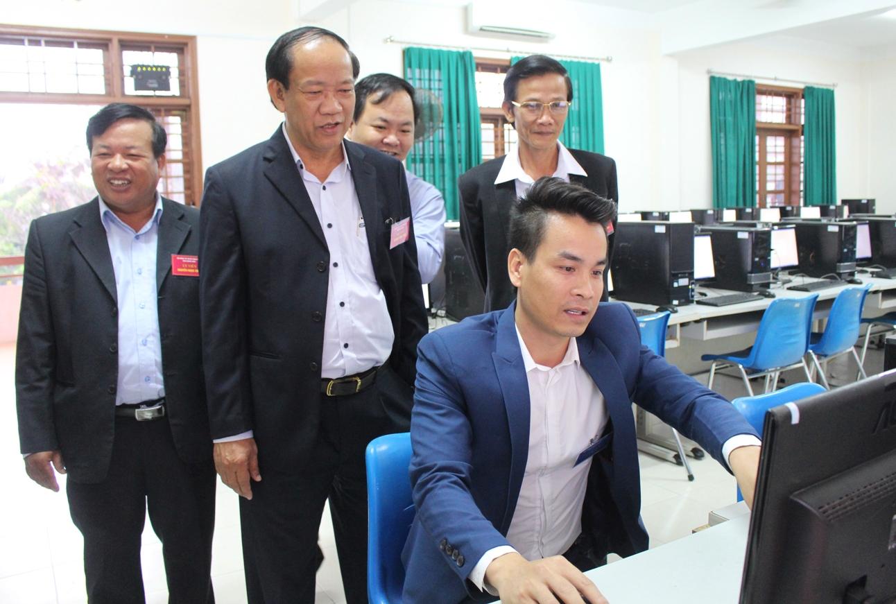 Chủ tịch UBND tỉnh Đinh Văn Thu kiểm tra phòng máy chuẩn bị các môn thi trắc nghiệm. Ảnh: V.H