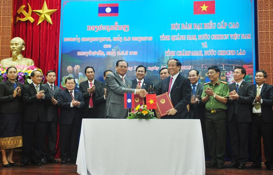 Cooperation signing ceremony between Quang Nam and Champasak provinces for the period  2017 – 2021
