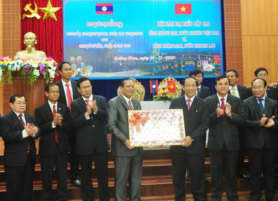 Mr Bouthong Divisay (left) gives a souvenir to Quang Nam province