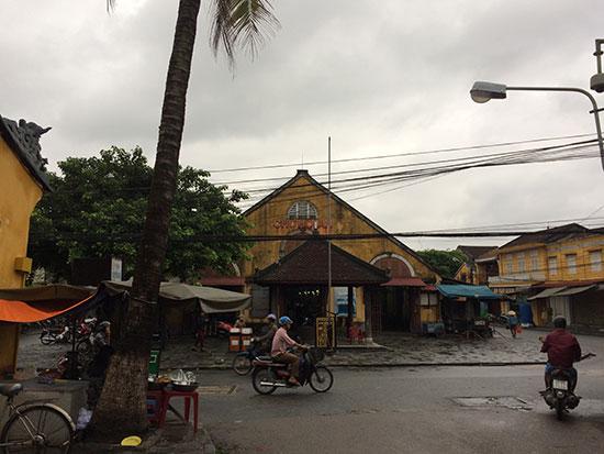 """Dự kiến sẽ kéo dài """"Phố đi bộ"""" cả tuyến đường Trần Phú trước chợ Hội An. Ảnh: Q.HẢI"""