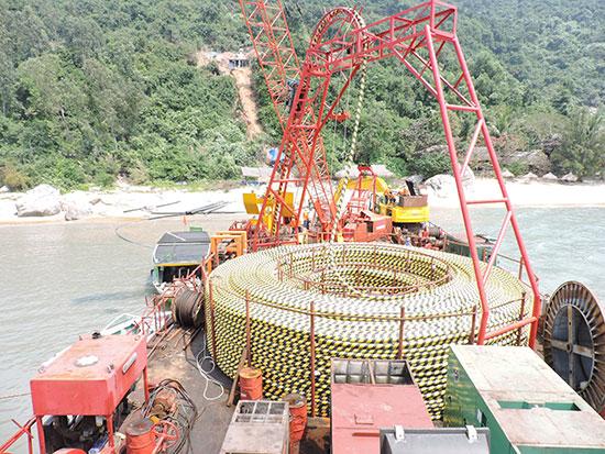 Đưa điện bằng cáp ngầm vượt biển Cù Lao Chàm. Ảnh: T.LỘ