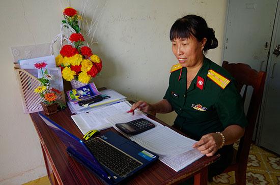 Trung tá quân nhân chuyên nghiệp Ngô Thị Lưu trong giờ làm việc.