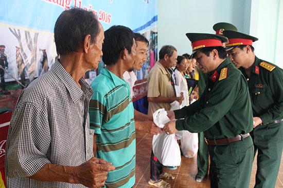 Tặng quà cho bà con xã Trà Tân, huyện Bắc Trà My. Ảnh: T.ANH