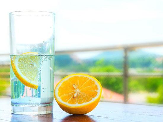 Nước chanh là đồ uống buổi sáng sẽ giúp cơ thể loại bỏ độc tố dễ dàng. Ảnh: Boldsky.