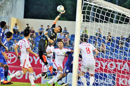 Thủ môn Nguyên Mạnh sẽ phải trổ hết tài nghệ trong trận bán kết lượt đi tên đất Indonesia.