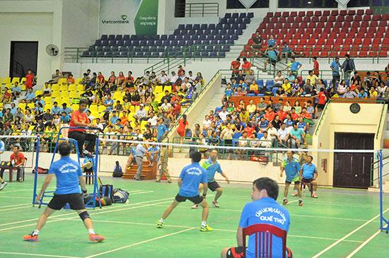 Các trận đấu tại giải luôn hấp dẫn và chất lượng trong sự cổ vũ của đông đảo khán giả. Ảnh: T.VY