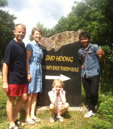 Nhiều du khách rất quý mến anh Pai và cùng anh chụp hình lưu niệm.