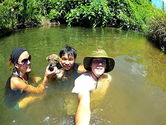 Ating Pai trải nghiệm cùng du khách ở Bhơ Hôồng.