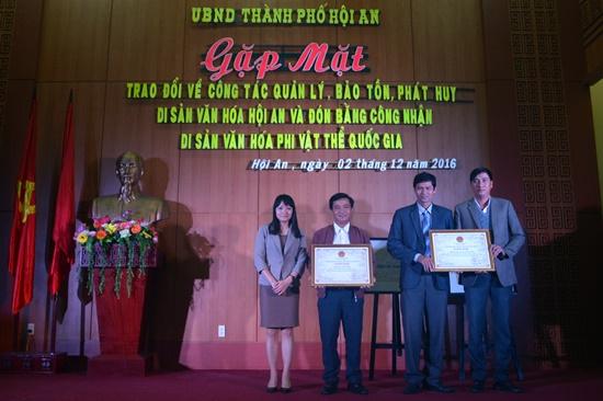Đón nhận bằng di sản văn hóa phi vật thể quốc gia nghề Khai thác yến sào và mộc Kim Bồng