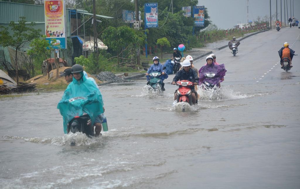 Đoạn đường 2 bên đường Nguyễn Văn Trỗi, do quá thấp nên bị ngập cục bộ. Ảnh: XUÂN THỌ