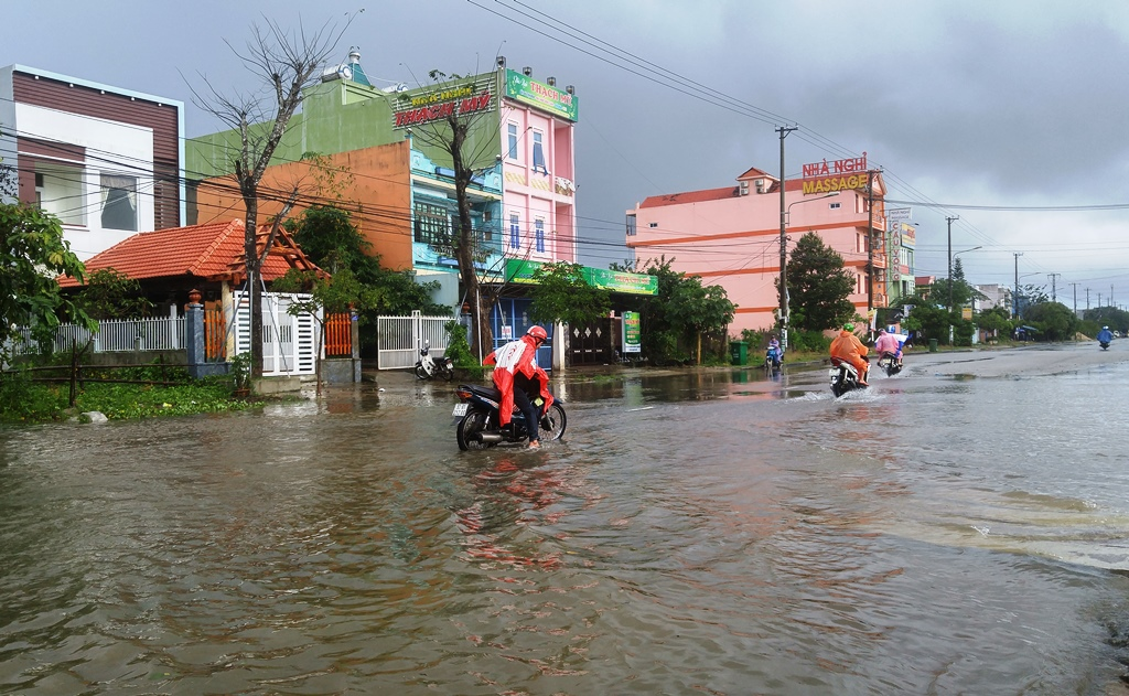 Không ít xe bị chết máy khi cố vượt đoạn đường ngập nước. Ảnh: XUÂN THỌ