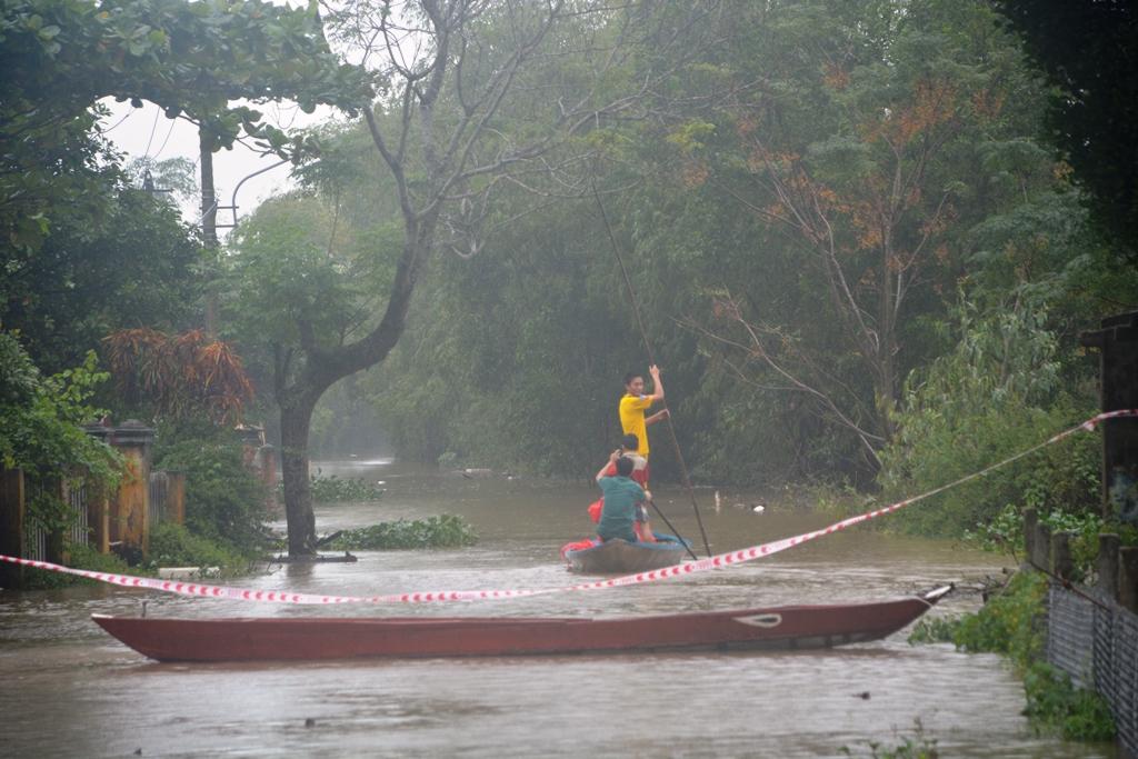 Nhằm tránh hiểm nguy, chính quyền xã Tam Thăng đã căng dây cảnh báo người dân đoạn đường bị ngập sâu. Ảnh: XUÂN THỌ