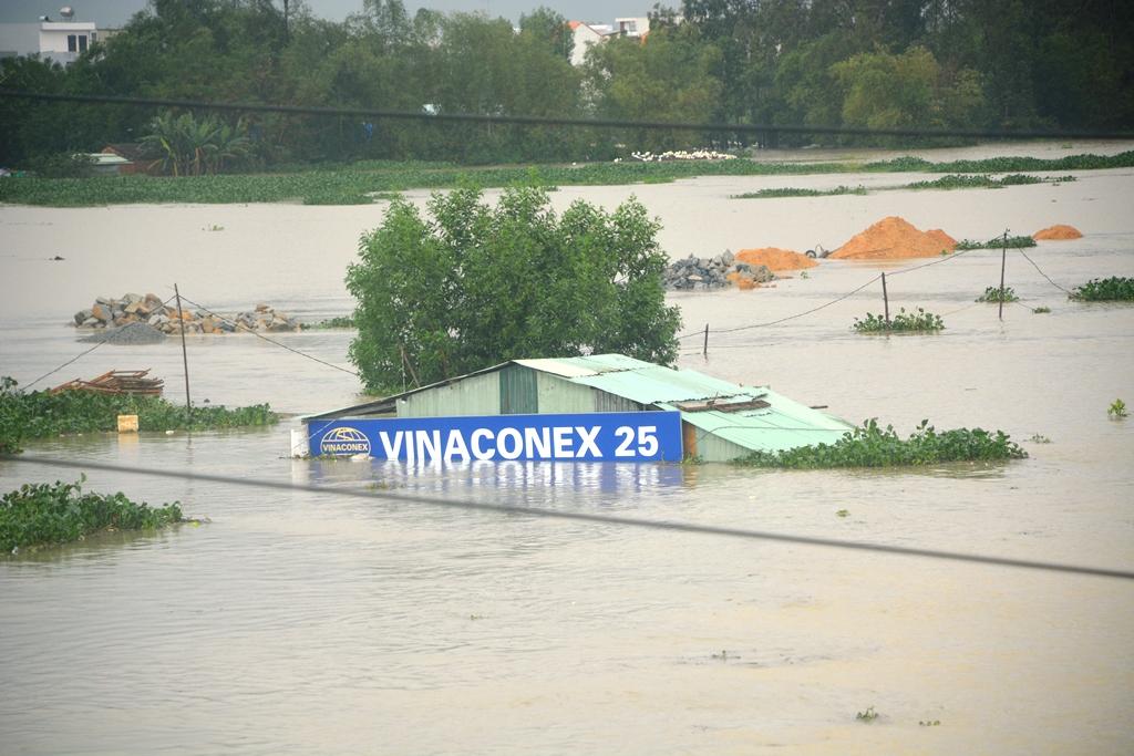 Mưa lớn từ chiều qua khiến mực nước trên sông Bàn Thạch dâng cao. Trong ảnh: Một lán trại của một đơn vị thi công công trình ven sông Bàn Thạch bị ngập. (Ảnh chụp lúc 7 giờ 30 sáng nay 3.12)