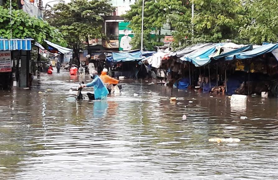 Tại khu vực chợ Tam Kỳ, nước dâng cao khiến cho các tiểu thương phải nghỉ bán. Nhiều tiêu thương hoảng hốt di chuyển hàng hóa của mình lên nơi khô ráo.