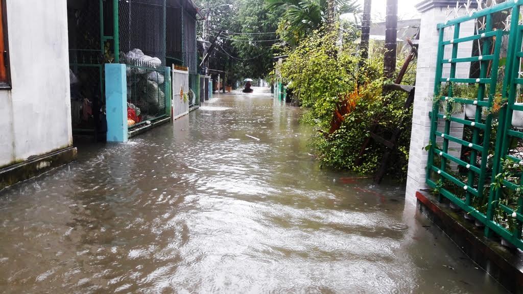 Tại khu dân cư khối phố 6, phường Phước Hòa nước dâng cao có nơi hơn 1 mét. Toàn bộ đường giao thông bị vô hiệu hóa hoàn toàn.