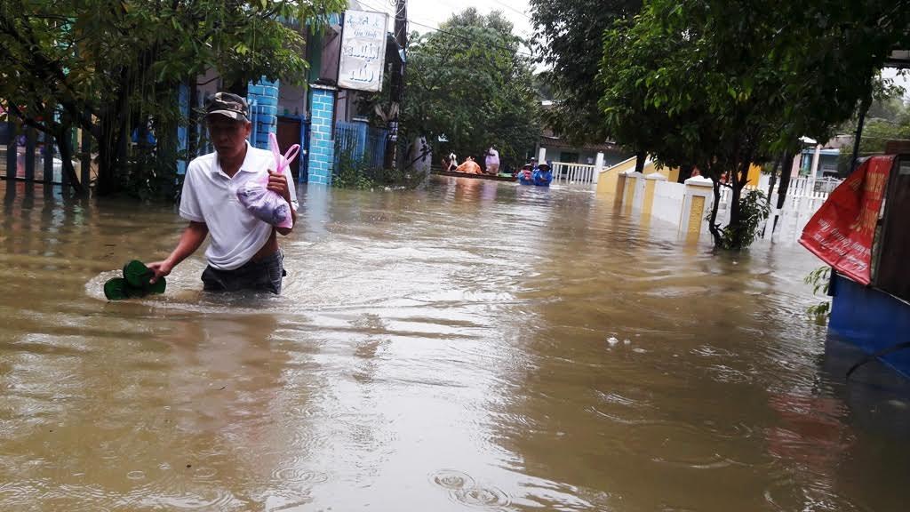 Hiện tại, người dân đang phải dùng ghe để di chuyển để mua các nhu yếu phẩm trong khi chờ nước rút.