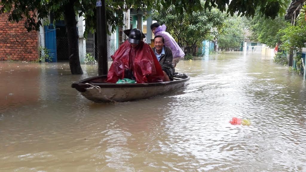 Toàn bộ khu dân cư này đã bị ngập nặng, giờ phải dùng ghe để chuyển đồ và đi lại.