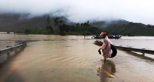 Một số tuyến đường huyết mạch của huyện Nông Sơn đang ngập sâu. Ảnh: Người dân cung cấp