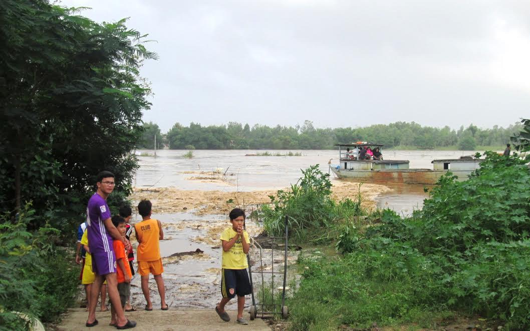 Xã Duy Châu (Duy Xuyên) sử dụng thuyền máy công suất lớn đưa người dân thôn Lệ Bắc trở về nhà.