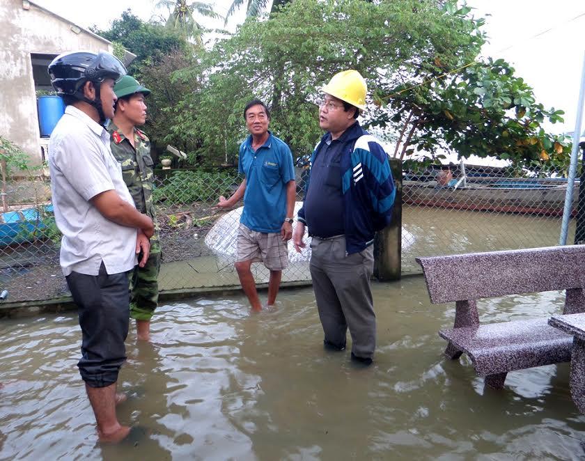Ông Văn Anh Tuấn – Chủ tịch UBND thành phố kiểm tra vùng ngập lụt.