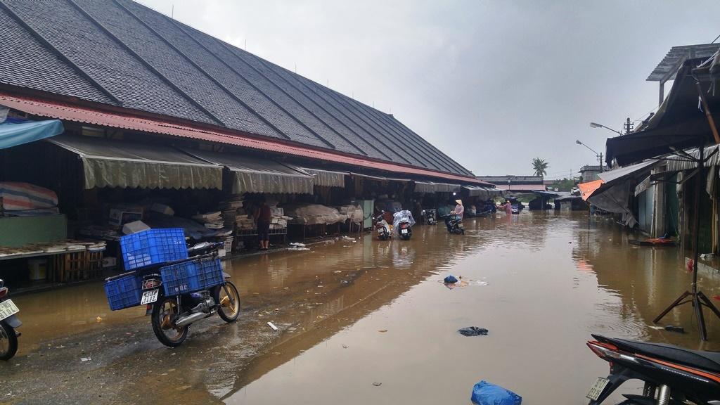 Chợ Hội An bị ngập nước... Ảnh: XUÂN THỌ