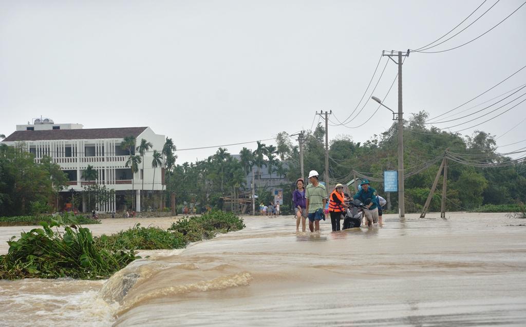 Và giúp người dân giữa các thôn qua lại trên tuyến đường - đập tràn này. Ảnh: XUÂN THỌ