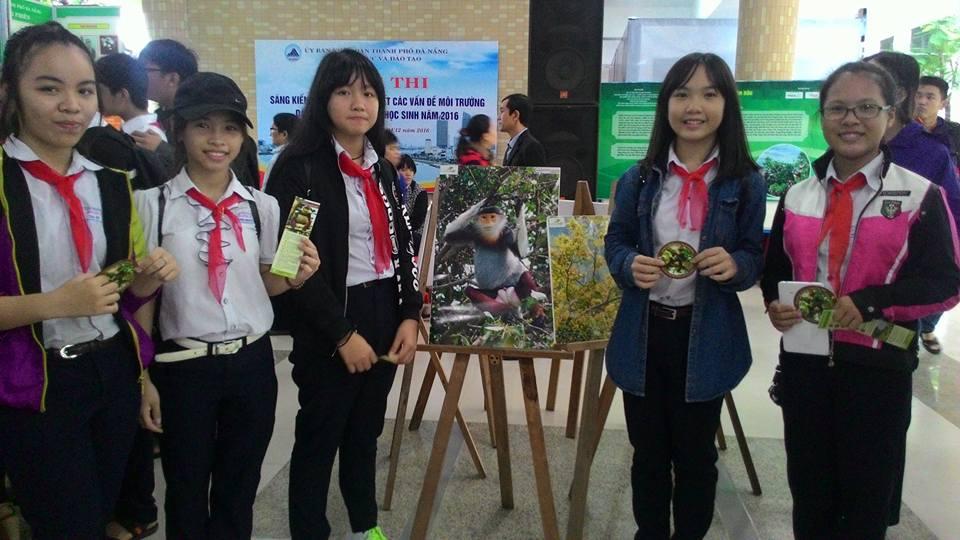 Các học sinh tham dự triển lãm được phát miễn phí các ấn phẩm chứa thông tin chi tiết về các loài động, thực vật hoang dã trên bán đảo Sơn Trà.