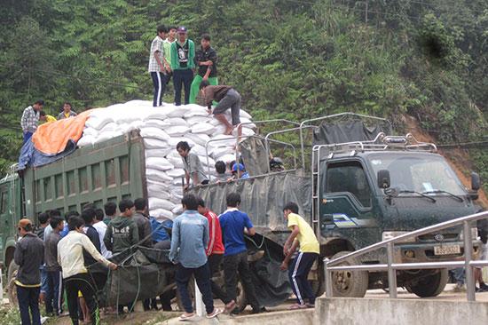 Gạo hỗ trợ được vận chuyển lên cấp cho các trường vùng cao Tây Giang. Ảnh: Đ.H