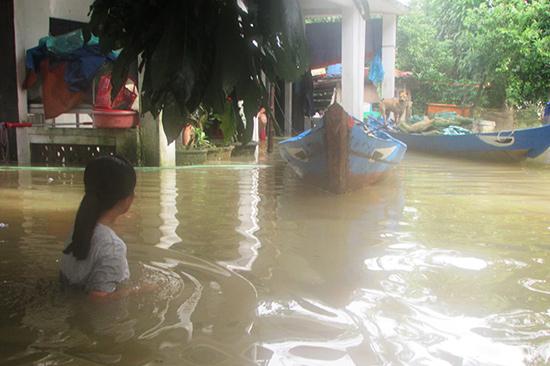 Nhiều nơi ở huyện Núi Thành vẫn còn ngập sâu. Ảnh: VĂN PHIN