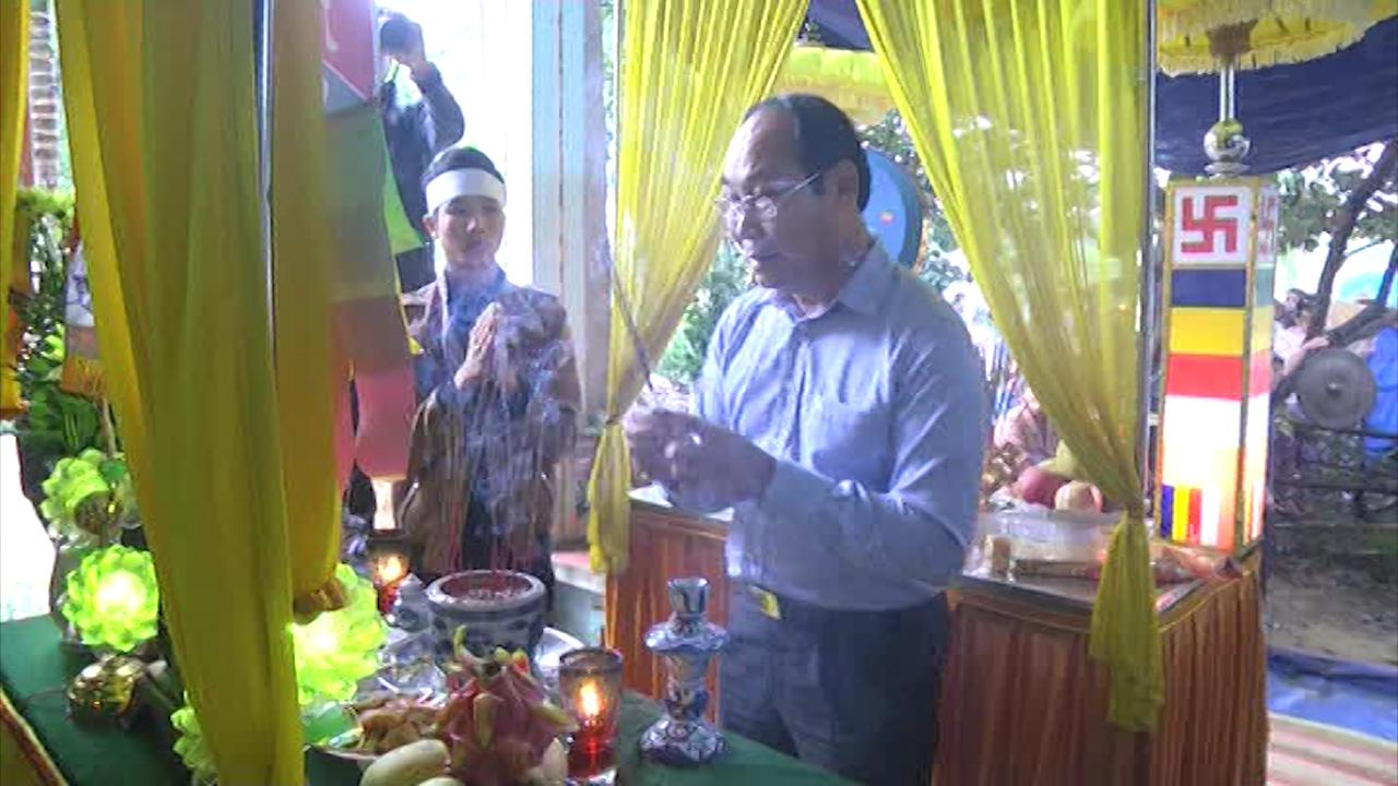 Chủ tịch Ủy ban MTTQVN tỉnh Võ Xuân Ca viếng hương các nạn nhân.