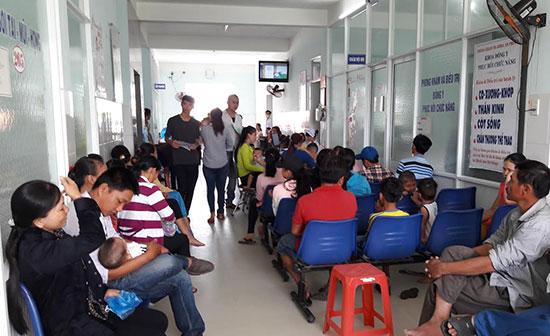Ngày càng đông người dân đến khám chữa bệnh tại các bệnh viện tư nhân.  Trong ảnh: Người dân chờ đến lượt khám tại Bệnh viện Đa khoa Minh Thiện.