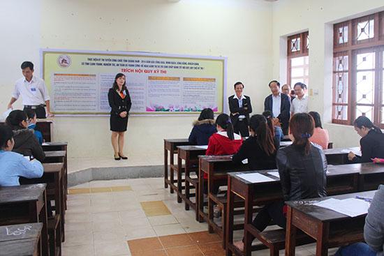 Chủ tịch UBND tỉnh Đinh Văn Thu động viên thí sinh trước giờ thi môn Kiến thức chung vào sáng 4.12. Ảnh: VĂN HÀO
