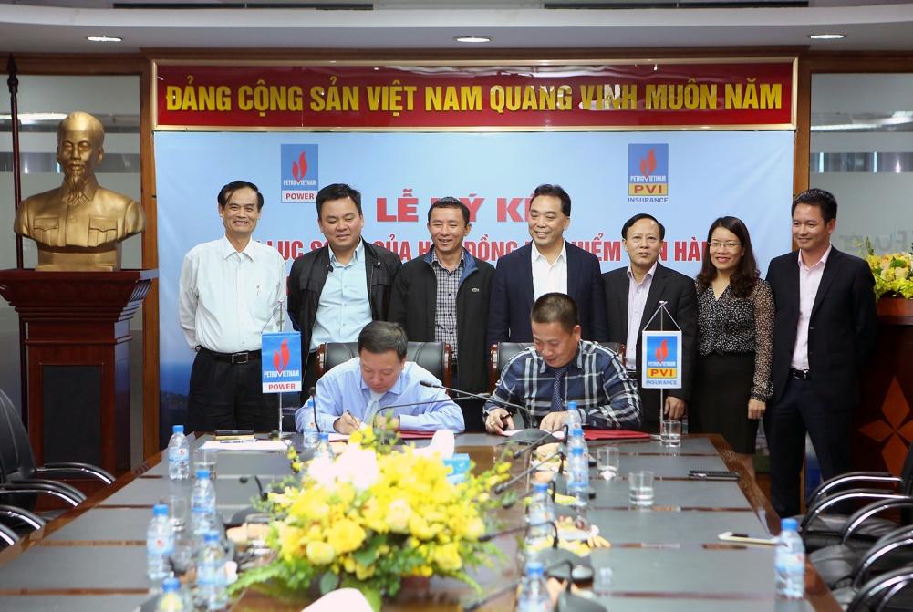 Phó Tổng giám đốc PV Power Phạm Xuân (trái) và Phó Tổng Giám đốc Tổng Công ty Bảo hiểm PVI Phạm Anh Đức ký kết hợp đồng