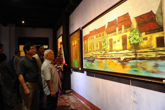 Nhà văn Nguyên Ngọc và đông đảo văn nghệ sĩ đến chia vui và chiêm ngưỡng triển lãm. Ảnh: MINH HẢI