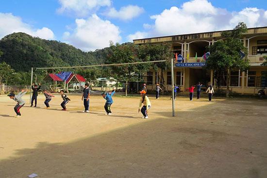 Học sinh Trường PTDTBT-THCS Lý Tự Trọng trong giờ thể dục. Ảnh: H. Liên