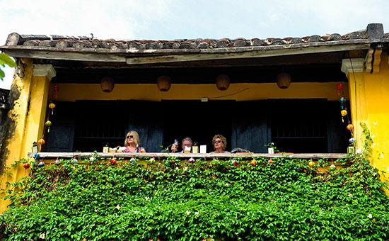 Cà phê trên gác hai nhà cổ ở Hội An. Ảnh: HẢI HOÀNG