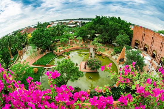 Công viên đất nung Thanh Hà có hình như chiếc bán xoay chút gốm.