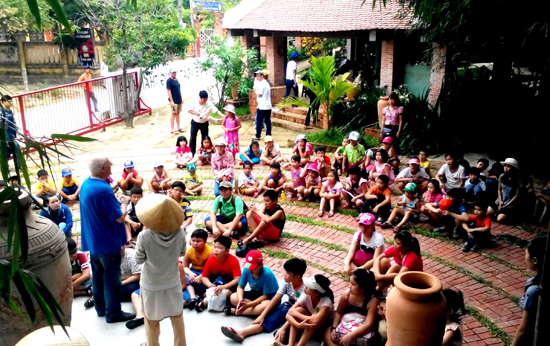 Học sinh giao lưu cùng với du khách.