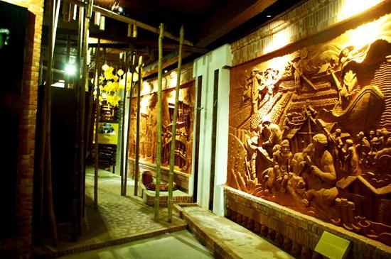 Nét độc đáo trên tường là những bức phù điêu gốm.