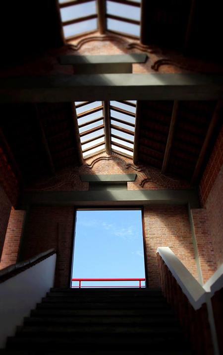 Nhà được thiết kế theo kiến trúc Việt và lấy ảnh sáng tự nhiên.