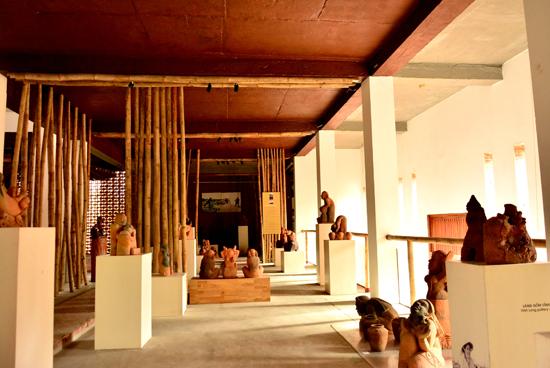 Nơi trưng bày sản phẩm gốm của các làng gốm Việt.