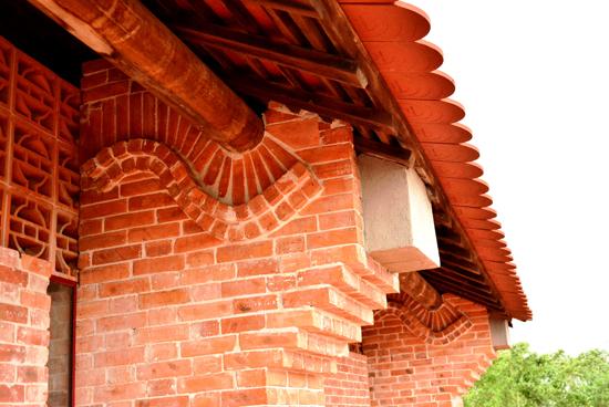 Tất cả vật liệu xây dựng từ gạch, ngói được làm từ làng là điểm ấn tượng.
