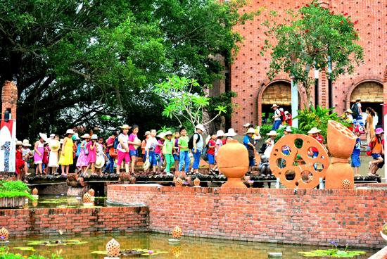 Nơi đây trở thành điểm sinh hoạt vui chơi và tìm hiểu văn hóa gốm của học sinh, sinh viên.