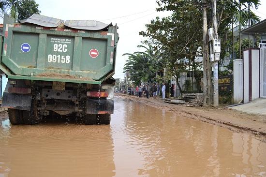 Xe tải chở cát gây sụt lún nặng đoạn tuyến ĐT609B qua Quảng Huế. Ảnh: NB
