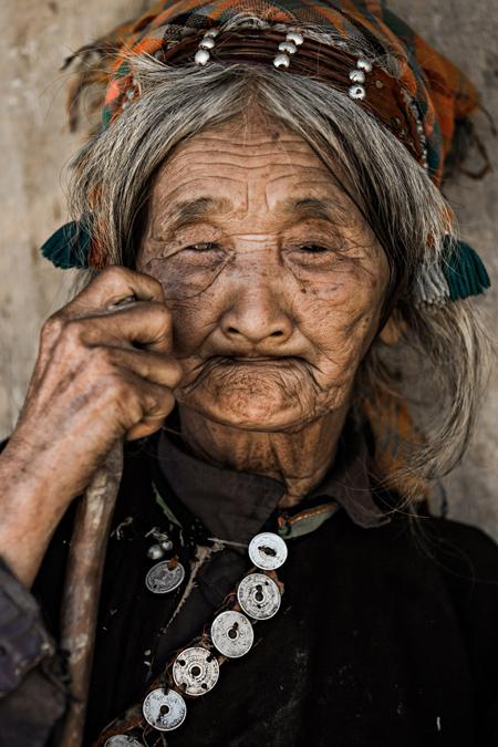 Trang sức của phụ nữ dân tộc người La Hu.