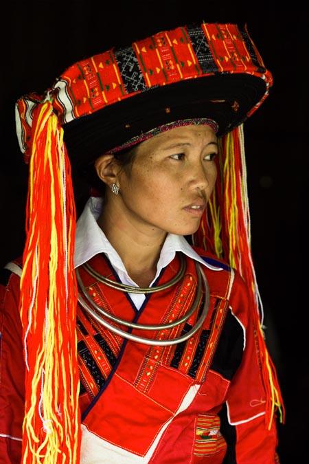 Trang sức và trang phục của phụ nữ dân tộc người Pa Then.