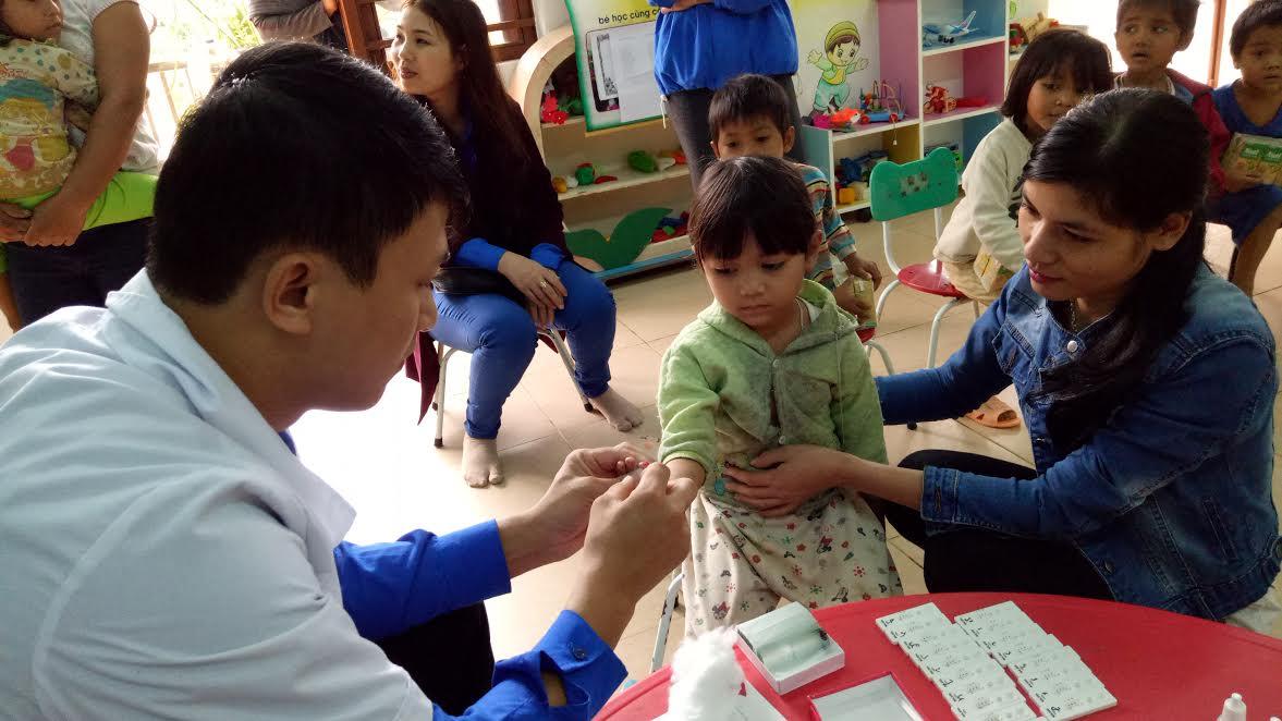 Xét nghiệm ký sinh trùng sốt rét bằng test chẩn đoán nhanh cho học sinh trường mẫu giáo Arooi - Za Hung. Ảnh: NC